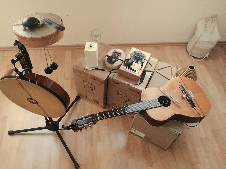Acoustic prepared guitar,feedback speaker,percussions set