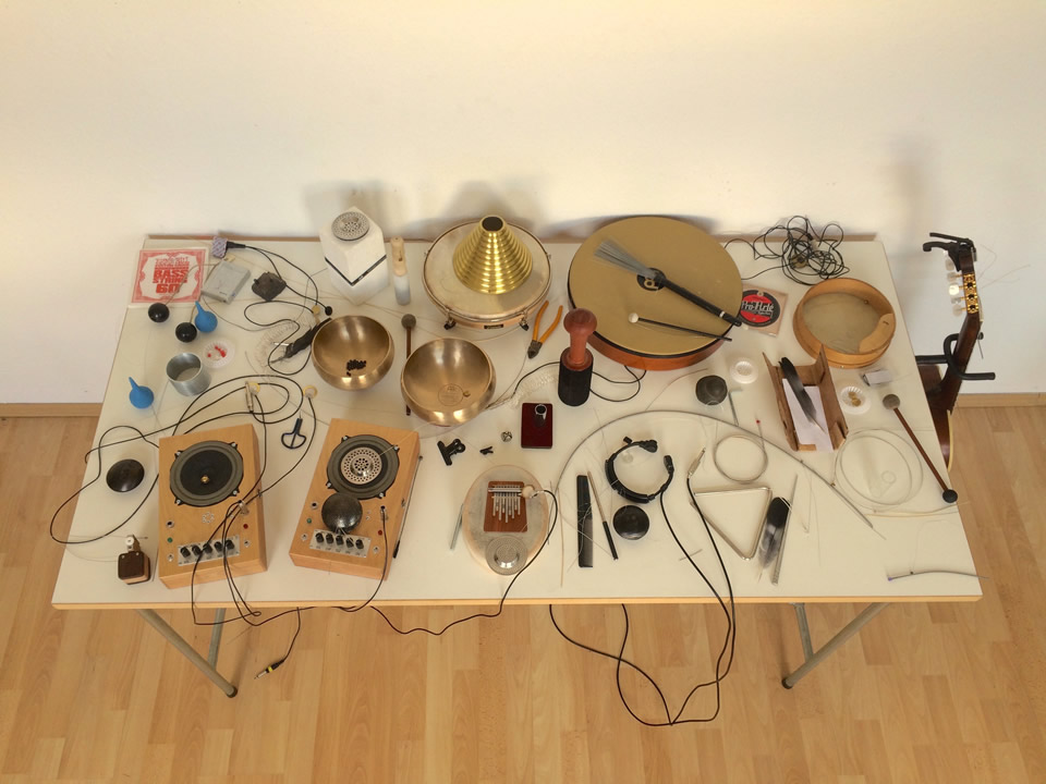 Amplified speakers ,percussions and objects set
